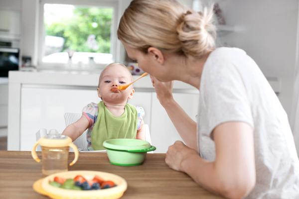 Прикорм ребенок выплевывает
