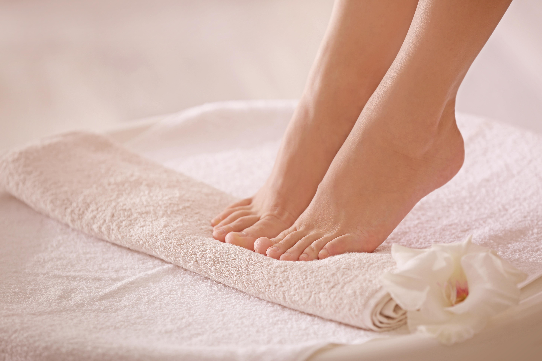Сухость и трещины кожи стоп и пяток. Причины и лечение